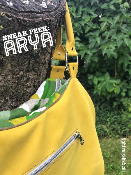 Sneak Peak meiner neuen Arya gelben Lederhandtasche. Tasche hängt an einem Baumstumpf