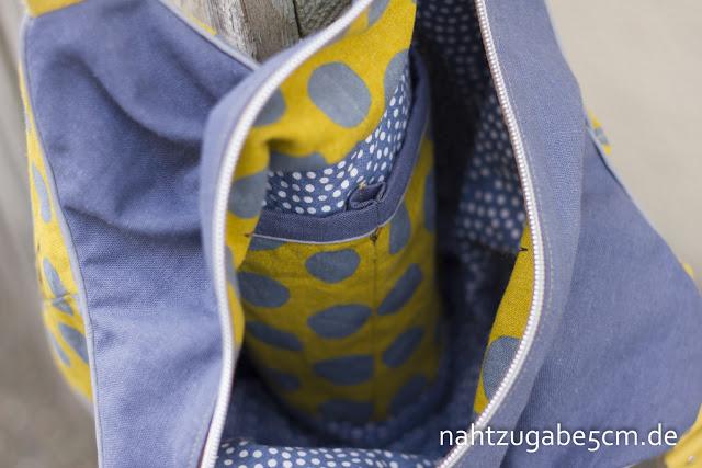 Foto vom inneren der zweiten Arya Handtasche. Innenstoff ist mit Punkte