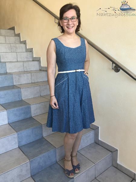 Foto von Muriel in einem ärmellosen Simplicity-Burdakleid, mit großen Taschen und weißem Gürtel