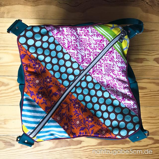 Arya Handtasche von oben fotografiert. So sieht man gut den schräg verlaufenden Reißverschluss.